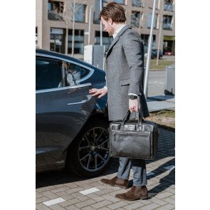 DSTRCT Leren Laptoptas 15.6 inch Premium Collection Incl. Onderhoudspakket Zwart Lifestyle