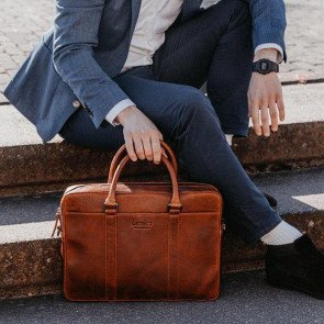 DSTRCT Leren Laptoptas 15.6 inch Premium Collection Incl. Onderhoudspakket Cognac Lifestyle