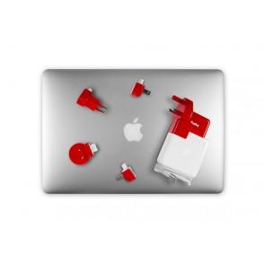 Twelve South PlugBug World Power Adapter op MacBook met stekkers